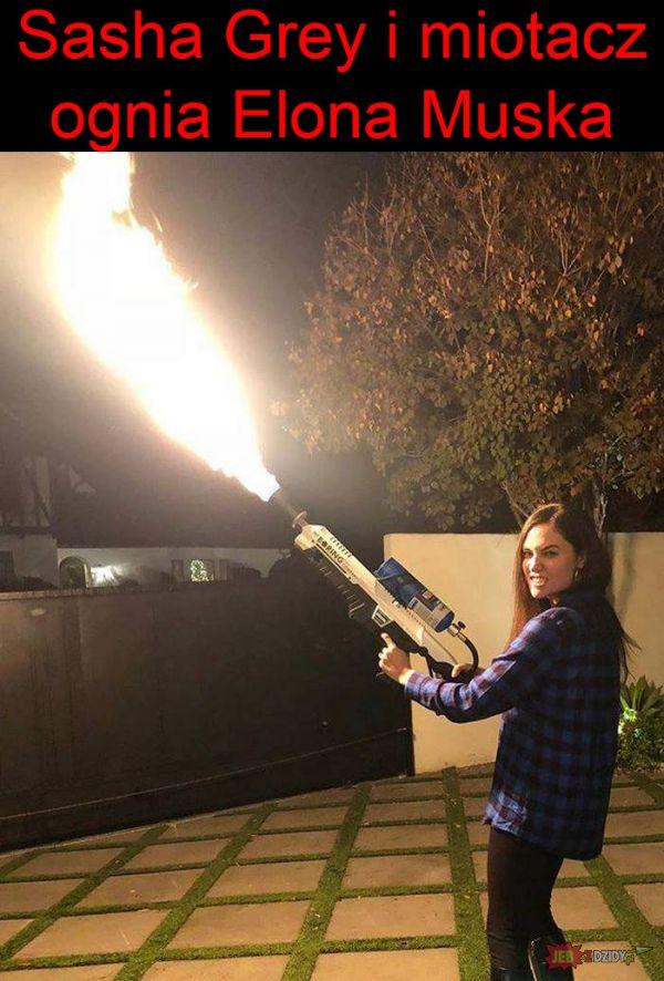 Sasha Grey i miotacz ognia Elona Muska