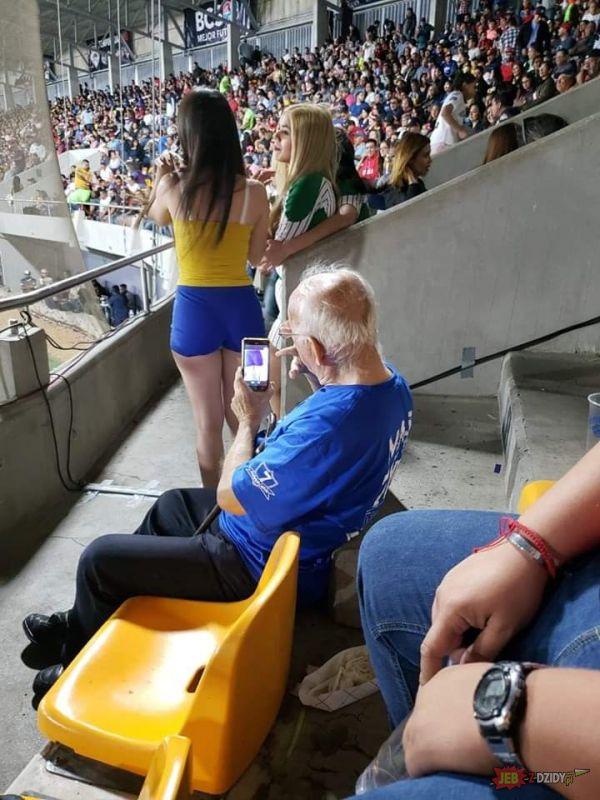 Dziadek się dobrze bawi