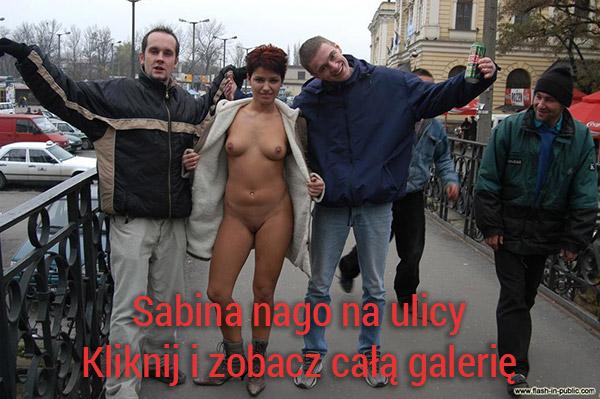Sabina nago na ulicy